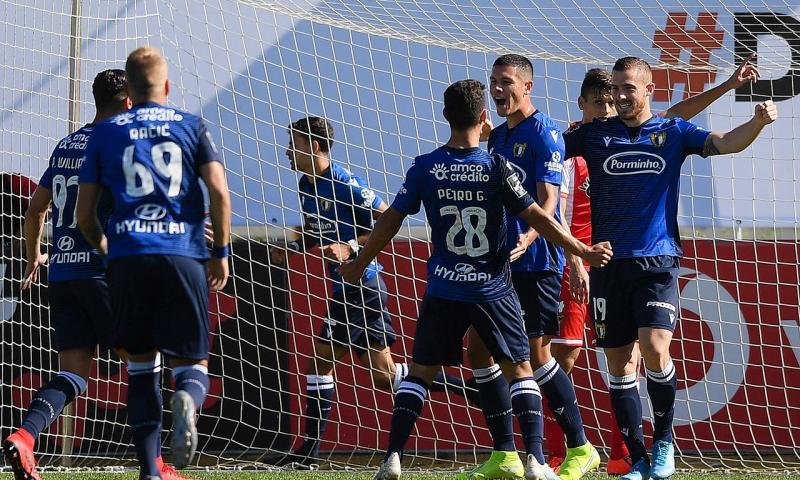 Los jugadores del Famalicao celebran un gol contra el Desportivo Aves.